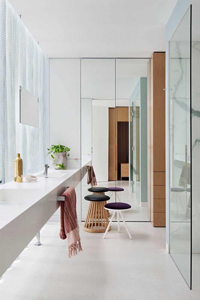 Que tal um guarda-roupa com espelho dentro da suíte do quarto?