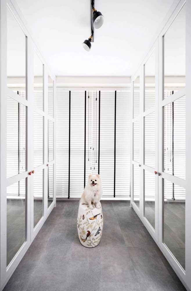Guarda-roupa branca com espelho para o closet do casal: quatro portas de cada lado