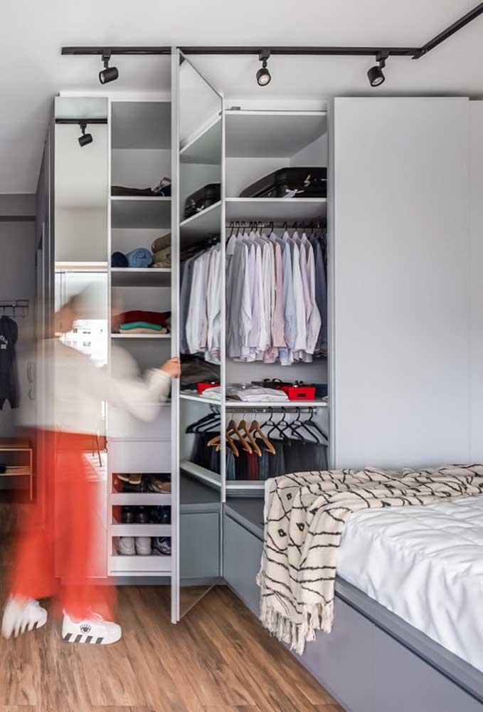 Modelo de guarda-roupa com espelho projetado para quem tem pouco espaço