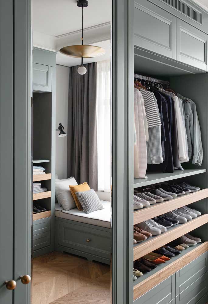 Guarda-roupa de marcenaria clássica com espelho nas portas de abrir