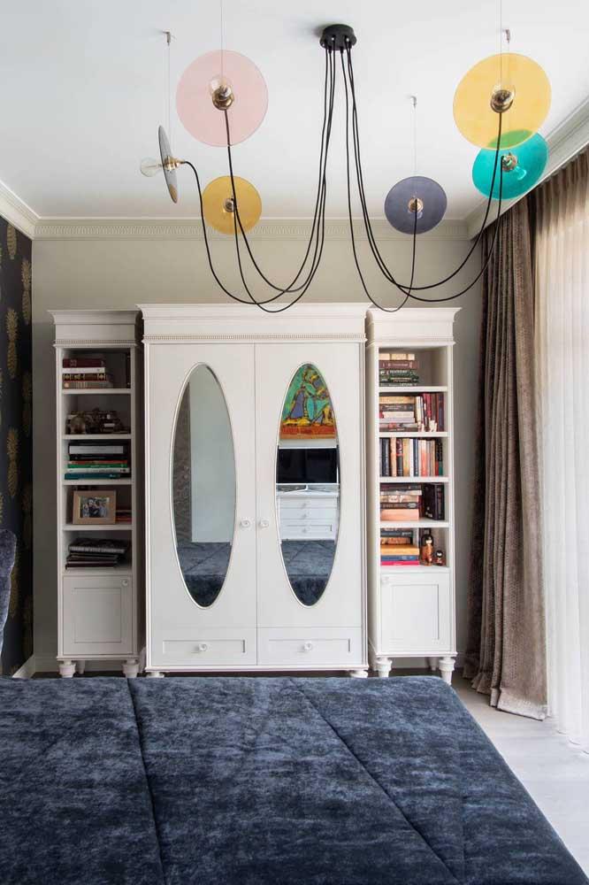 O espelho oval na porta do guarda-roupa evidencia ainda mais o estilo retrô do móvel