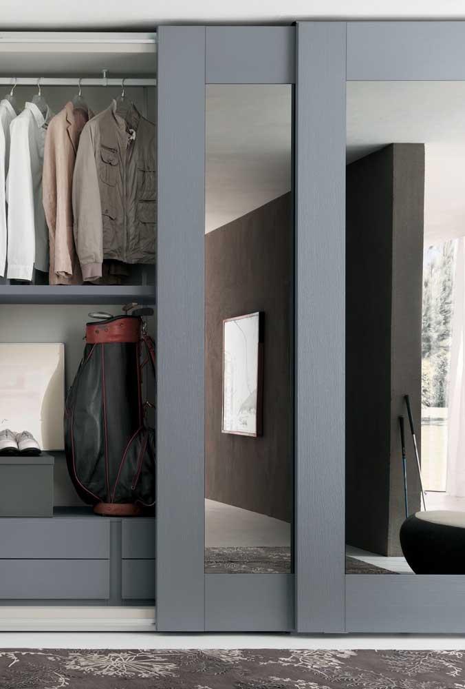 Guarda-roupa com espelho nas portas de correr. Repare no charme da moldura grossa que contorna o móvel