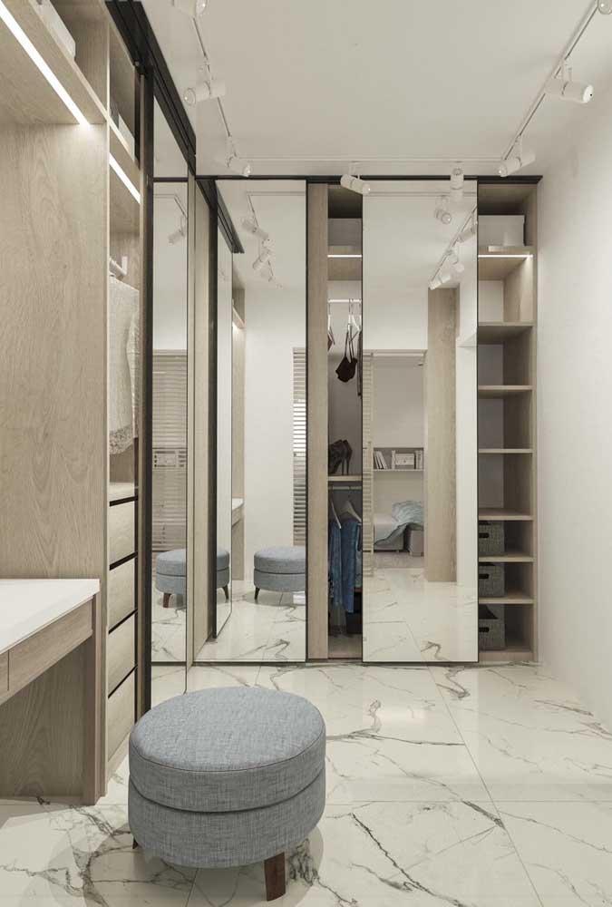Nesse closet, o guarda-roupa com espelho valoriza a decoração