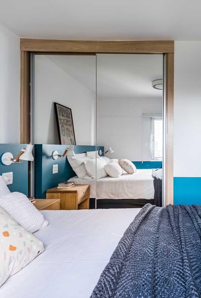 Guarda-roupa com espelho 2 portas. Um modelo pequeno, mas que atende perfeitamente bem esse quarto