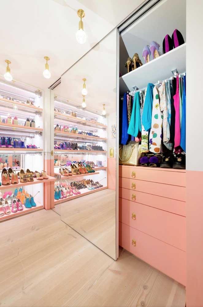 O guarda-roupa com espelho traz elegância e glamour para esse closet