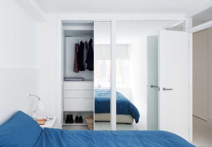 Modelo simples, mas super funcional e bonito de guarda-roupa com espelho
