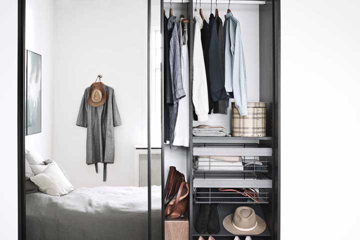 Nesse outro modelo, as gavetas ficam dentro do guarda-roupa com espelho