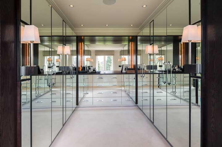 Amplo, iluminado e super clean: um closet que surpreende pela elegância combinada a simplicidade