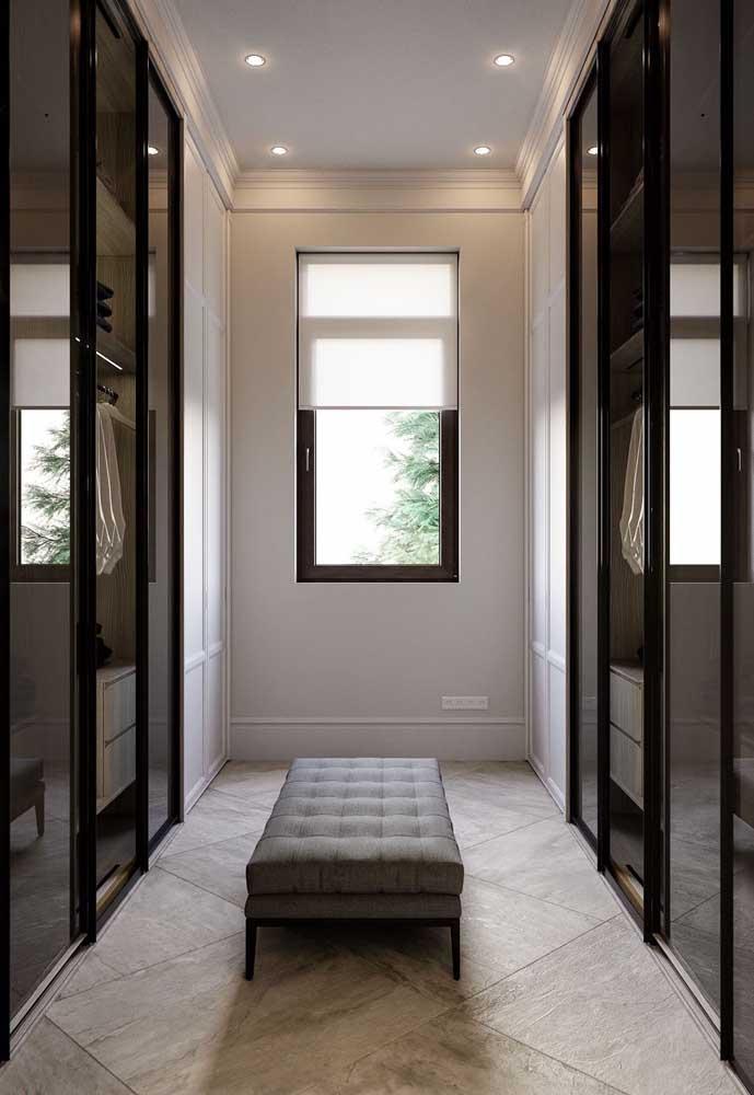 Nesse outro closet, os espelhos acompanham toda a dimensão das portas, do chão ao teto