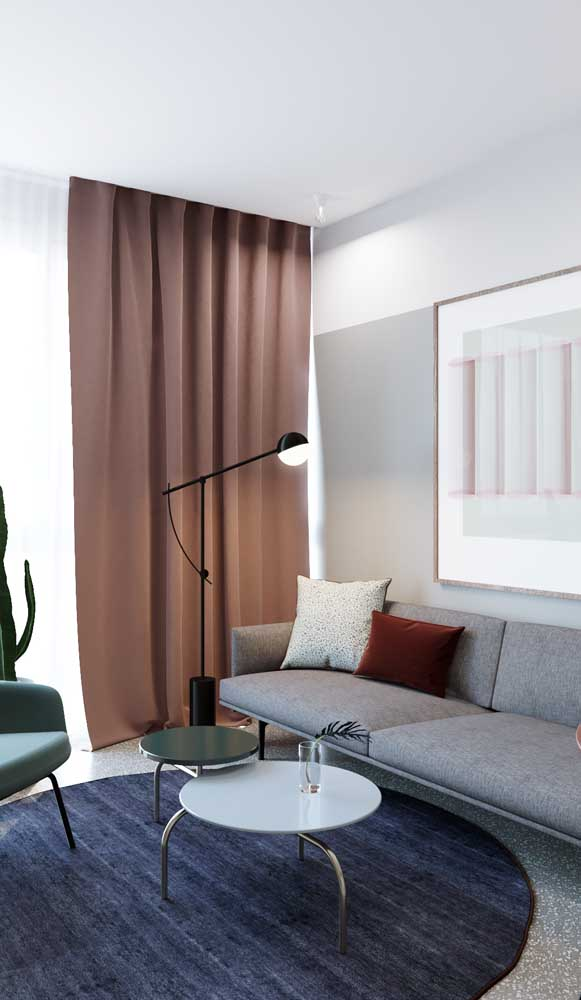 Um toque de marsala na decoração da sala. A cor aparece apenas na almofada
