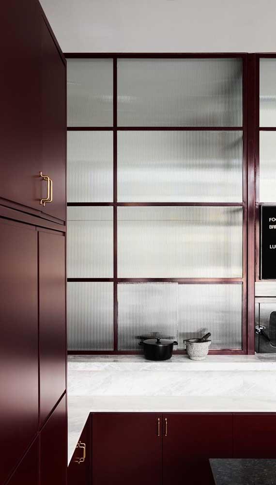 Uma combinação pra lá de elegante: armários marsala com bancada de mármore branco