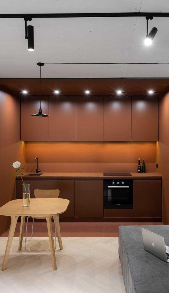 Nessa cozinha, a iluminação difusa fecha a decoração em marsala