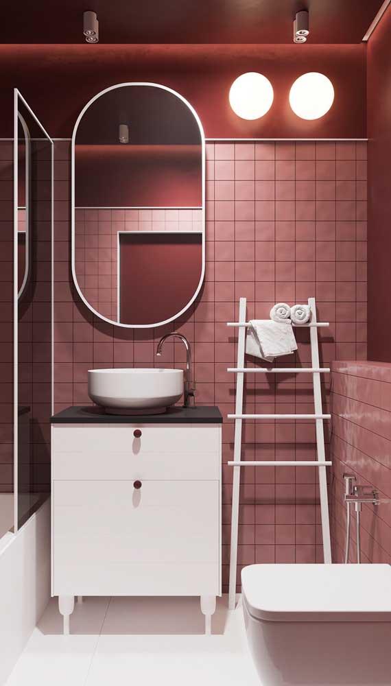 Banheiro moderno com parede e pastilhas em tom marsala