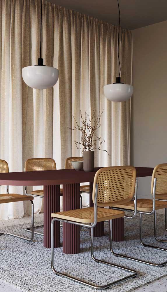 Linda combinação entre a mesa marsala e os tons neutros e naturais do restante da decor