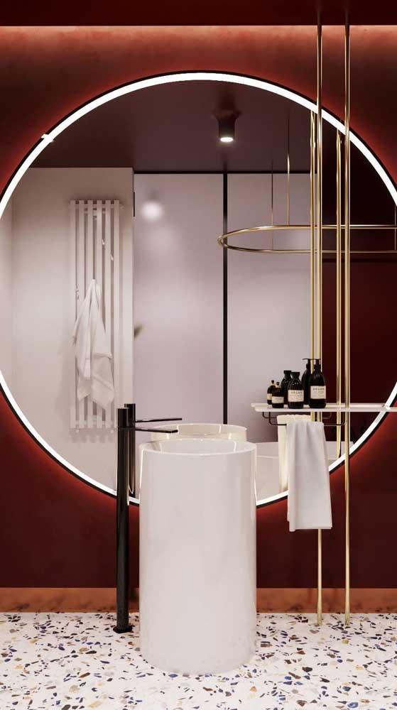 Já nesse banheiro, o marsala tomou conta da parede e criou um lindo efeito aveludado