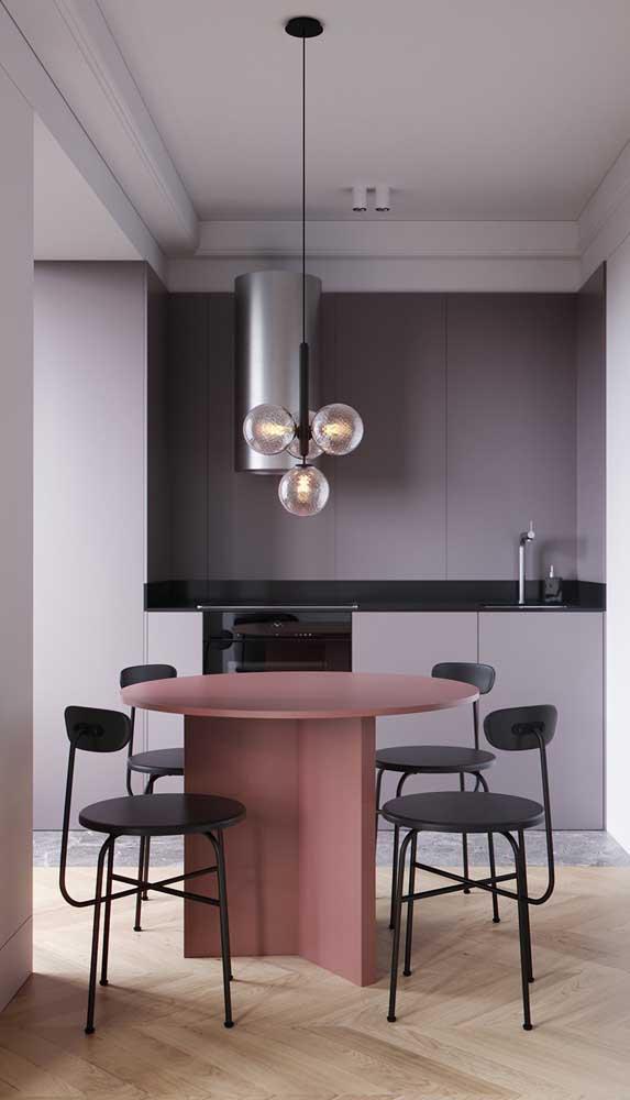 Composição inusitada nessa sala de jantar: mesa marsala e paredes lilás