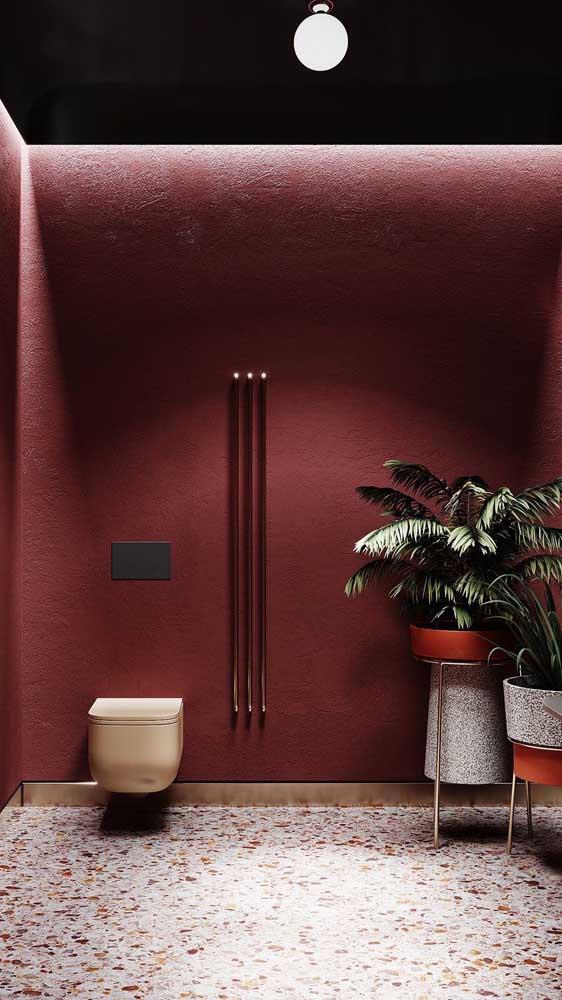 Já nesse lavabo, a opção foi por uma parede inteira na cor marsala combinando com o piso de granilite