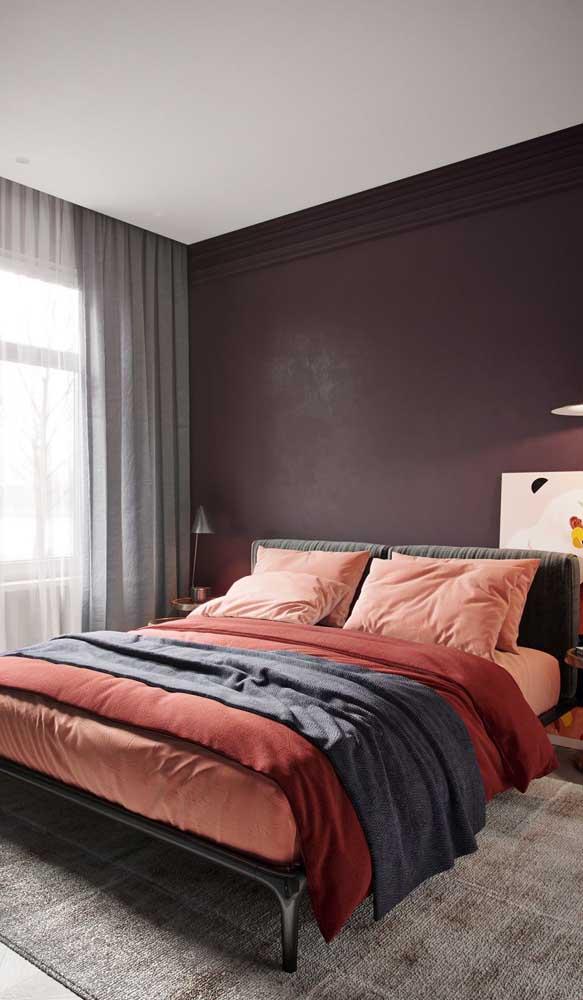 No quarto, prefira usar o marsala na parede atrás da cama, assim o tom forte não atrapalha sua noite de sono