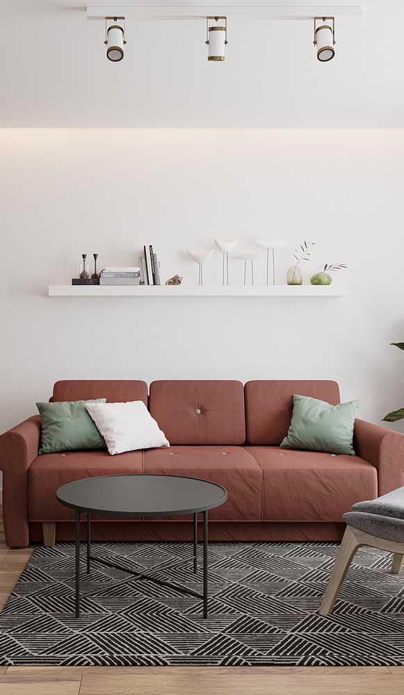 Sofá marsala na sala de estar, mas sem perder a neutralidade do ambiente