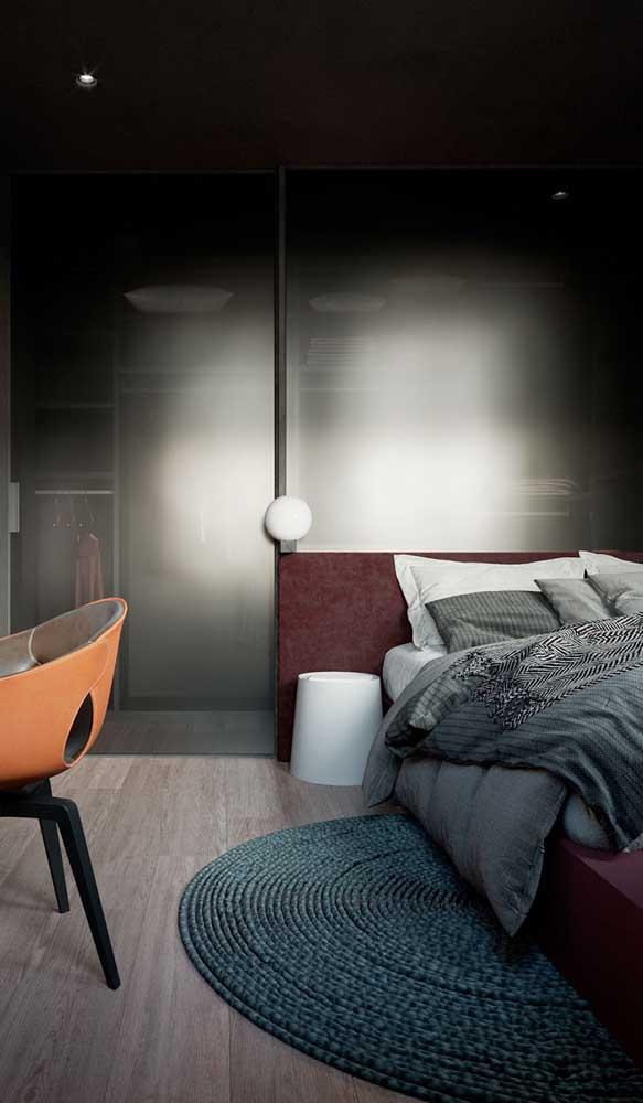 O quarto cinza poderia ser frio e impessoal, mas o marsala não deixa!