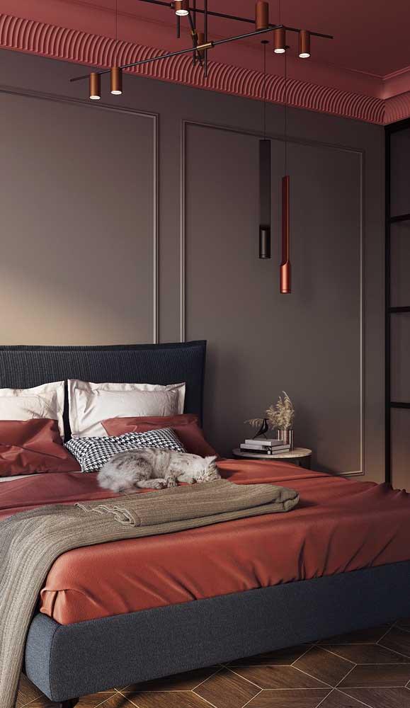Esse quarto de casal em estilo industrial apostou na combinação entre marsala e tons de cinza