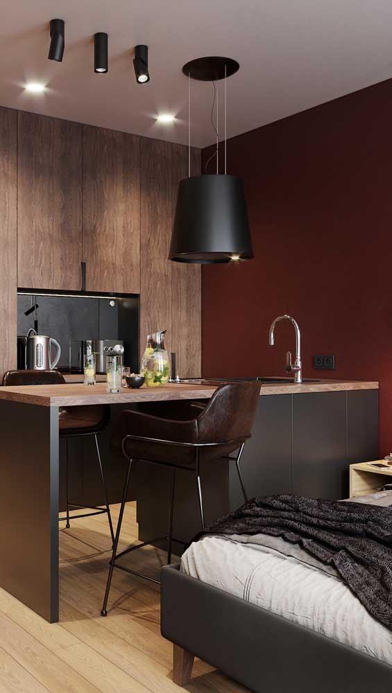 Essa cozinha também apostou no duo marsala e preto, só que com um diferencial: a madeira