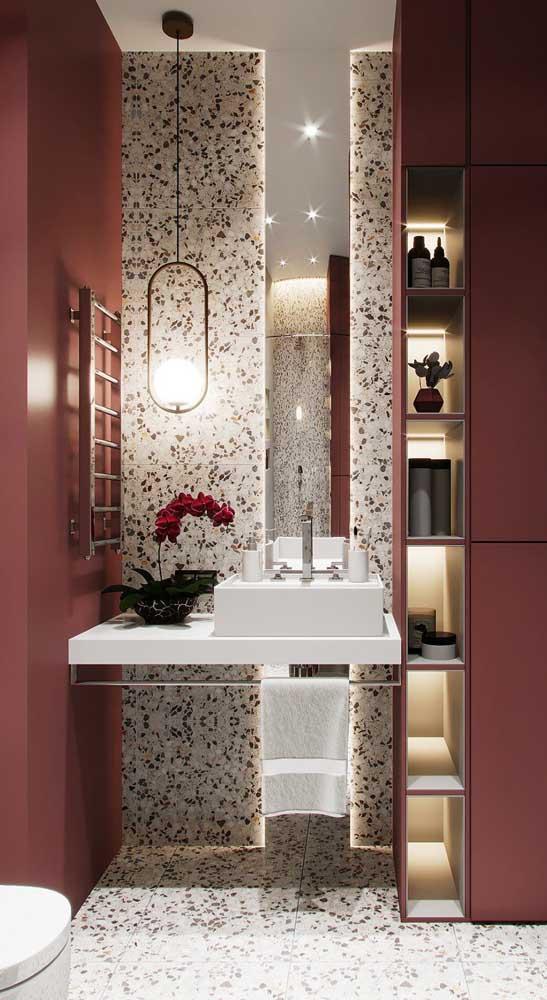 Até a orquídea do banheiro é marsala