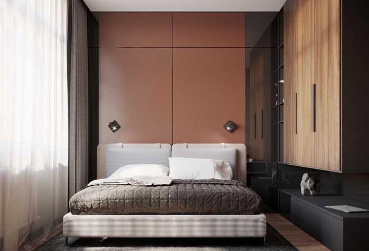 O painel marsala dá um toque caloroso ao pequeno quarto do casal