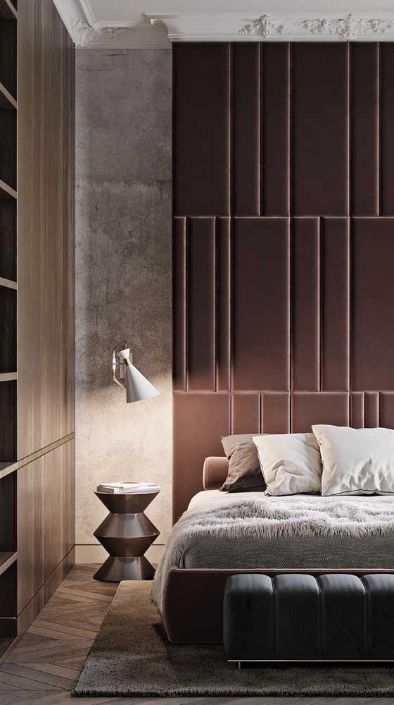 No quarto do casal, o marsala colore a parede atrás da cama e se harmoniza com os tons neutros de branco e cinza