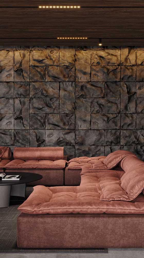O tecido aveludado do sofá completa a sensação de acolhimento trazida pelo marsala
