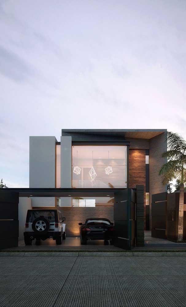 A casa moderna apostou no uso combinado de madeira e ferro para o portão