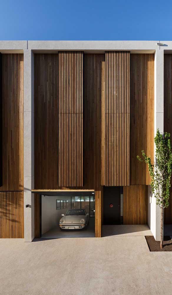Incrivelmente linda essa casa moderna toda revestida com madeira. O portão, no mesmo material, passa despercebido junto da estrutura