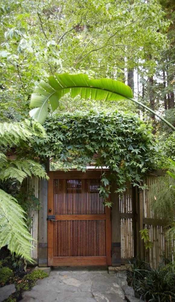 Portão de madeira simples e rústico para entrada social da casa