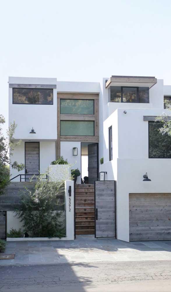 Portão de madeira clara para a casa de arquitetura moderna