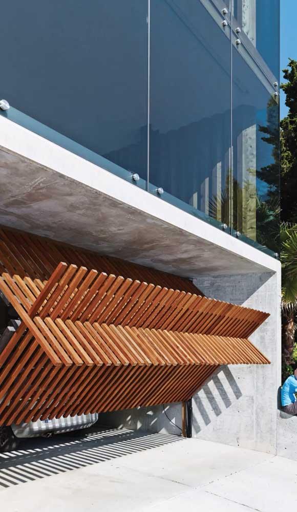 Um belo e diferenciado modelo de portão de madeira basculante. Inspire-se!