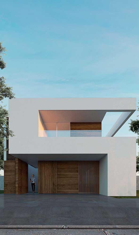 A casa moderna trouxe um modelo de portão que se confunde com o revestimento