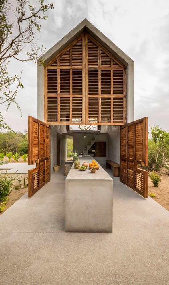 Portão de madeira para acessar a área externa da casa