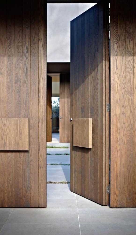 Já quem valoriza a privacidade pode optar por um portão de madeira todo fechado