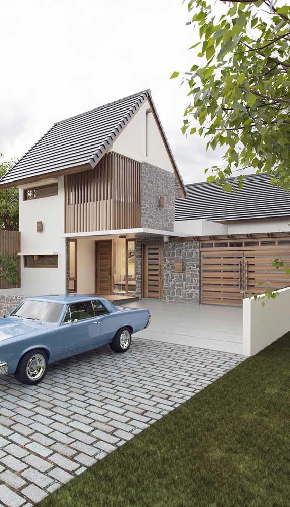 Um portãozinho de madeira para deixar a entrada da casa mais acolhedora e convidativa