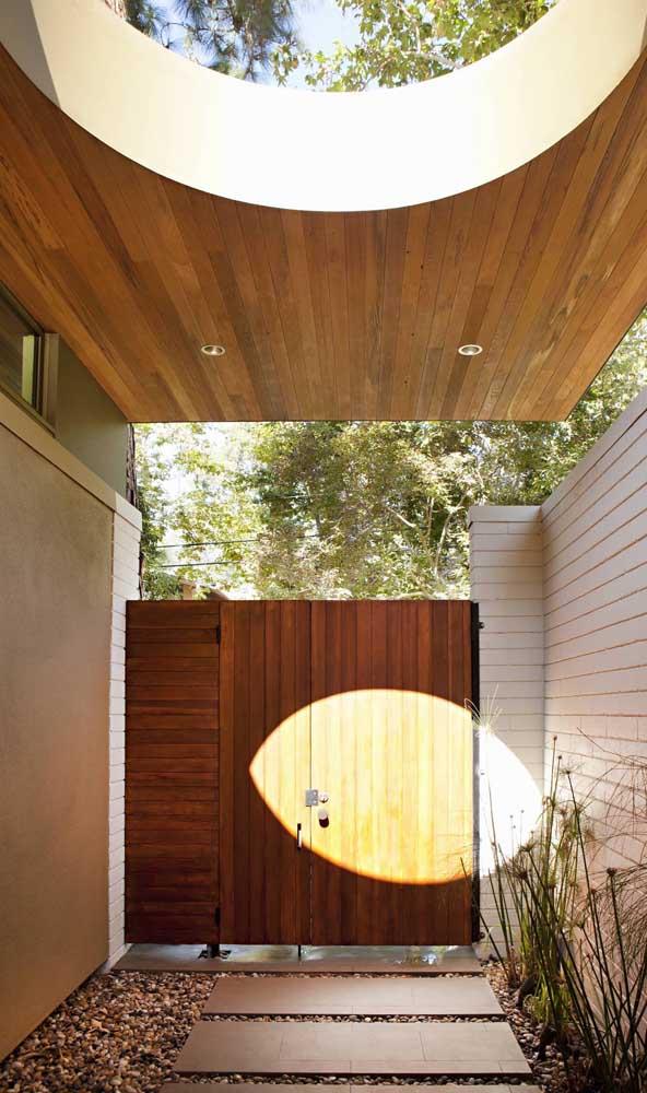 Vai dizer que a entrada social da casa não fica muito mais bonita com um portão de madeira?