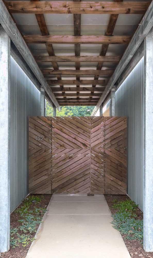 O corredor da casa ganhou um portão de madeira simples, mas de visual marcante