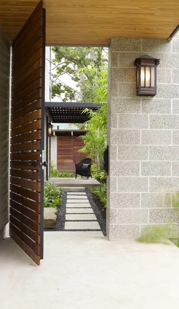 Quer uma fachada rústica linda? Então aposte na combinação de madeira e pedra