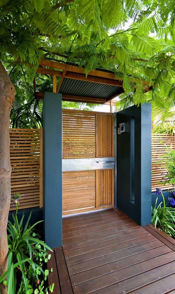 O que acha desse contraste entre o azul da parede e o tom natural da madeira do portão?