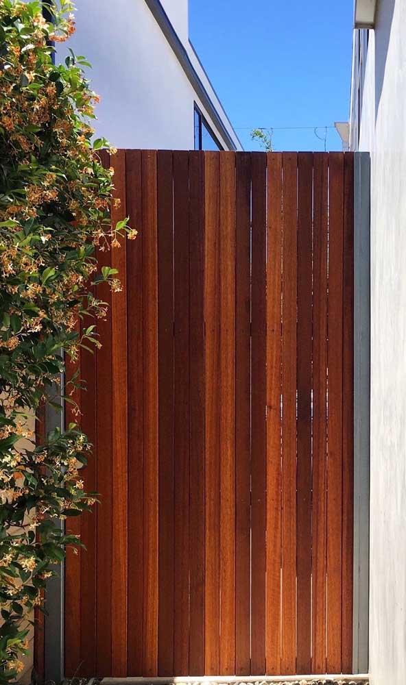 Renove o verniz do seu portão de madeira com frequência