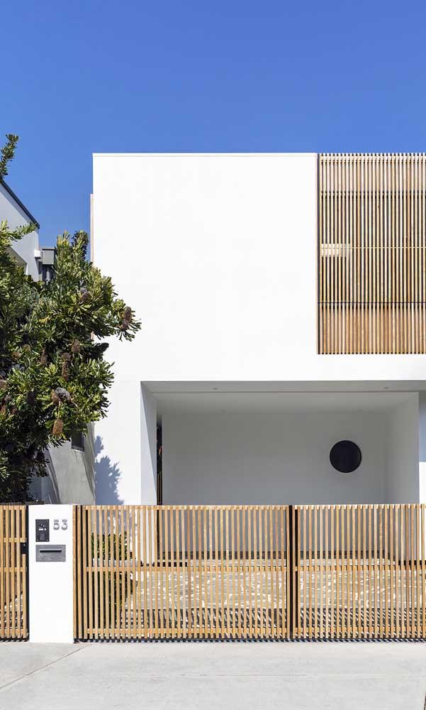 A casa de arquitetura moderna ganhou vida com o portão de madeira