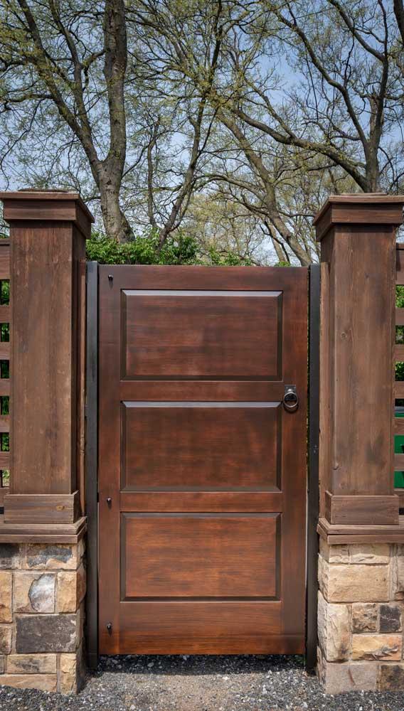 Para quem ama um portãozinho de madeira rústico, esse aqui é perfeito!