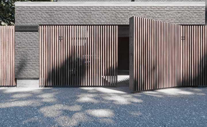 Portão de madeira de abrir com abertura automática para a garagem