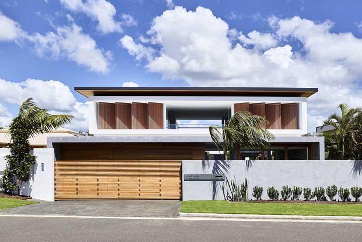 Dois tons de madeira chamam a atenção nessa fachada