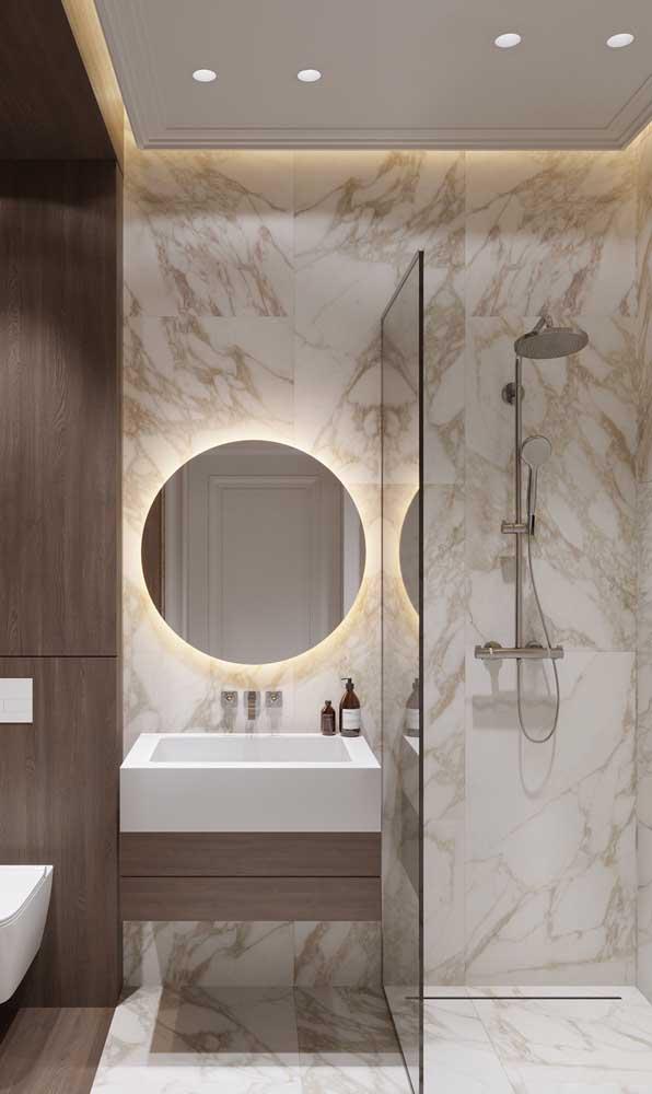 O banheiro elegante apostou no uso da sanca de isopor como alternativa ao gesso