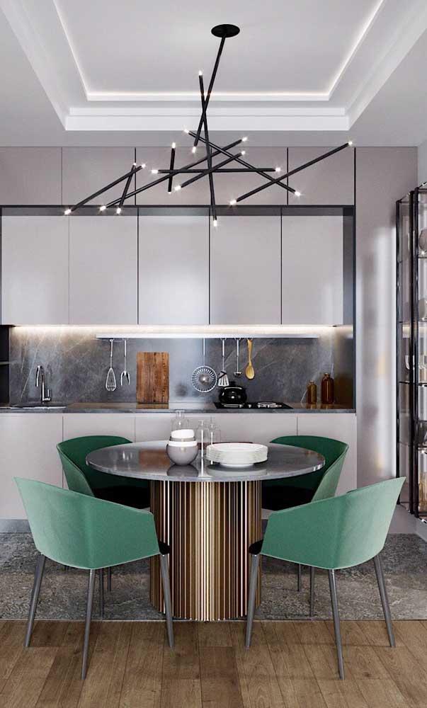 A luminária moderna ajuda a destacar a sanca de isopor nessa sala de jantar